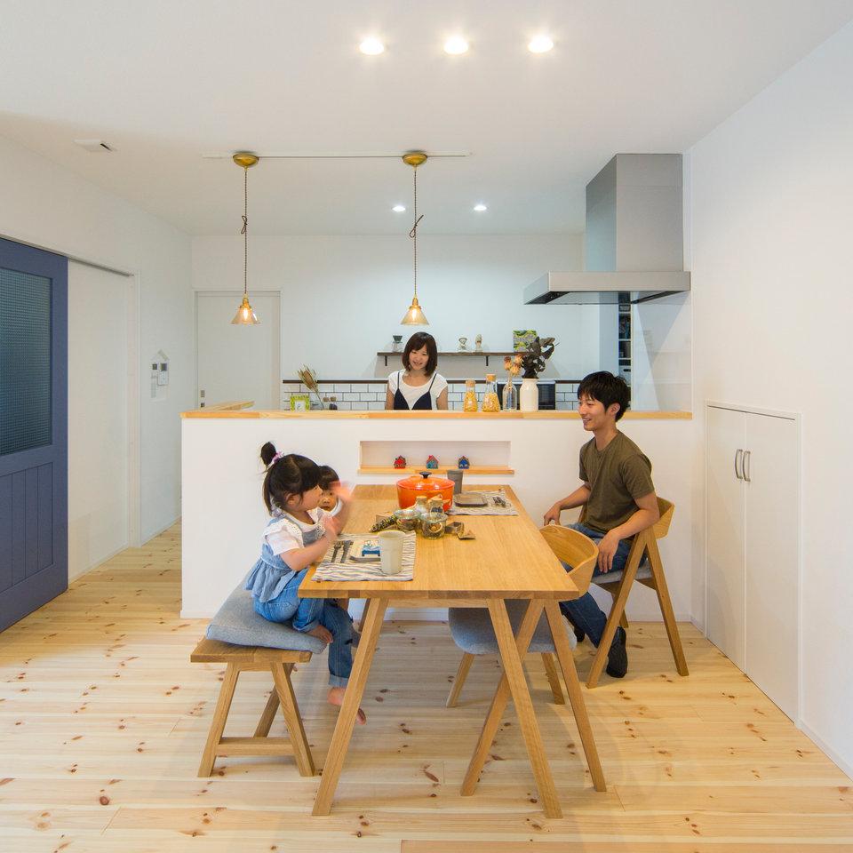 白と木目を基調としたキッチン・ダイニングはシンプルだが温もりを感じる空間。