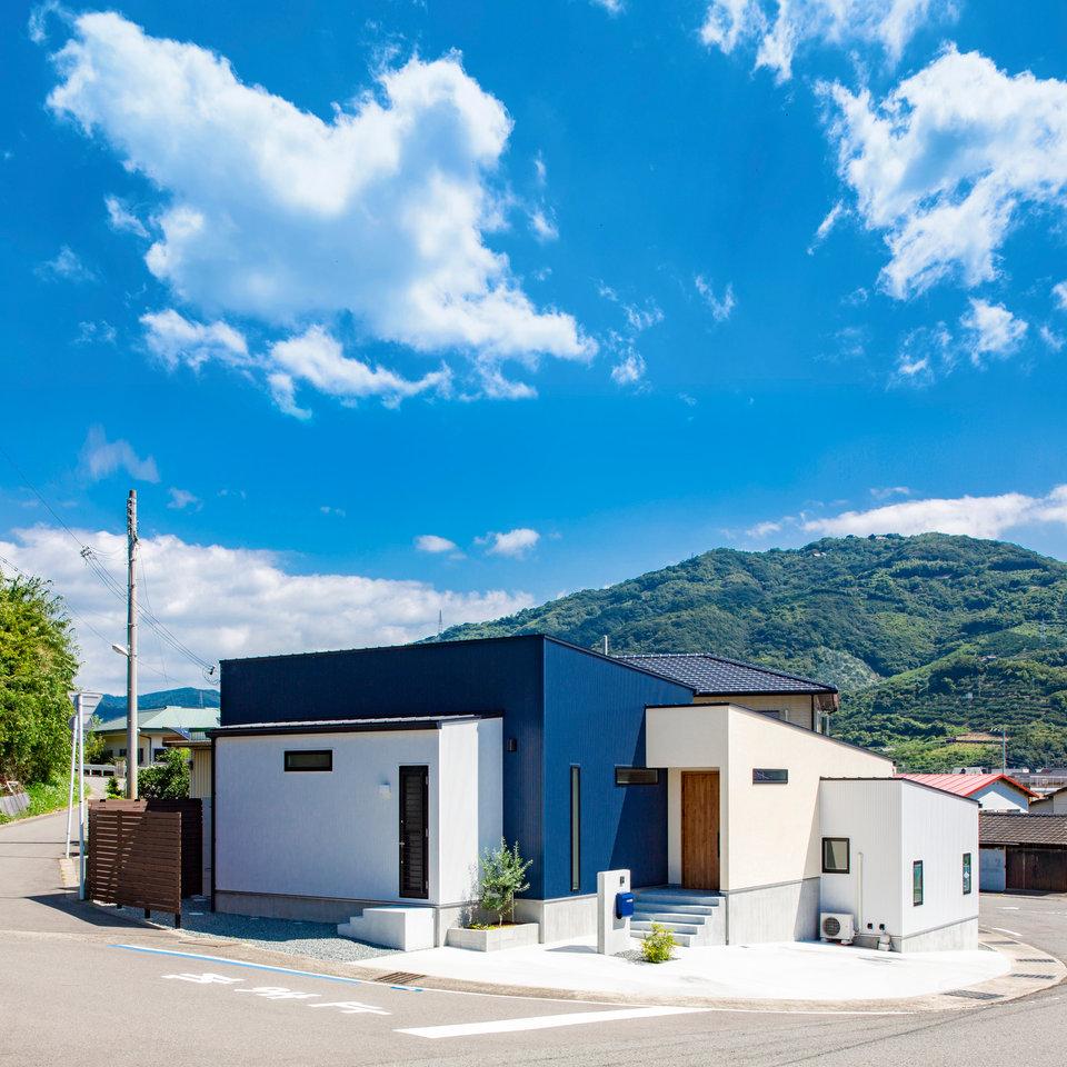 ブロックが重なり合うような青と白のコントラストが美しい外観デザイン