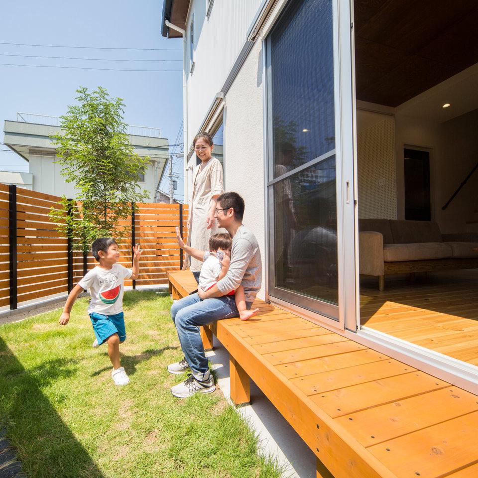 リビング直結のウッドデッキとお庭は家族の遊び場。