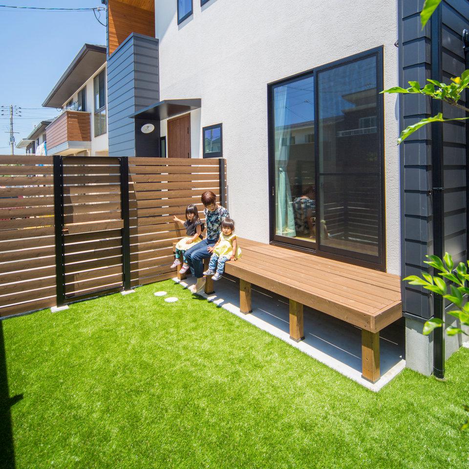 外からの視線を気にせずのんびり過ごせるお庭。 夏にはお子様のプール遊びにも。