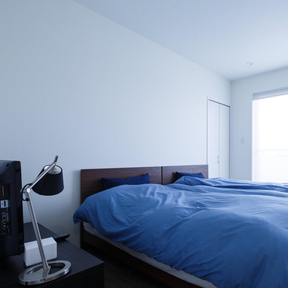 白を基調とした明るい寝室には、光が優しく入る。
