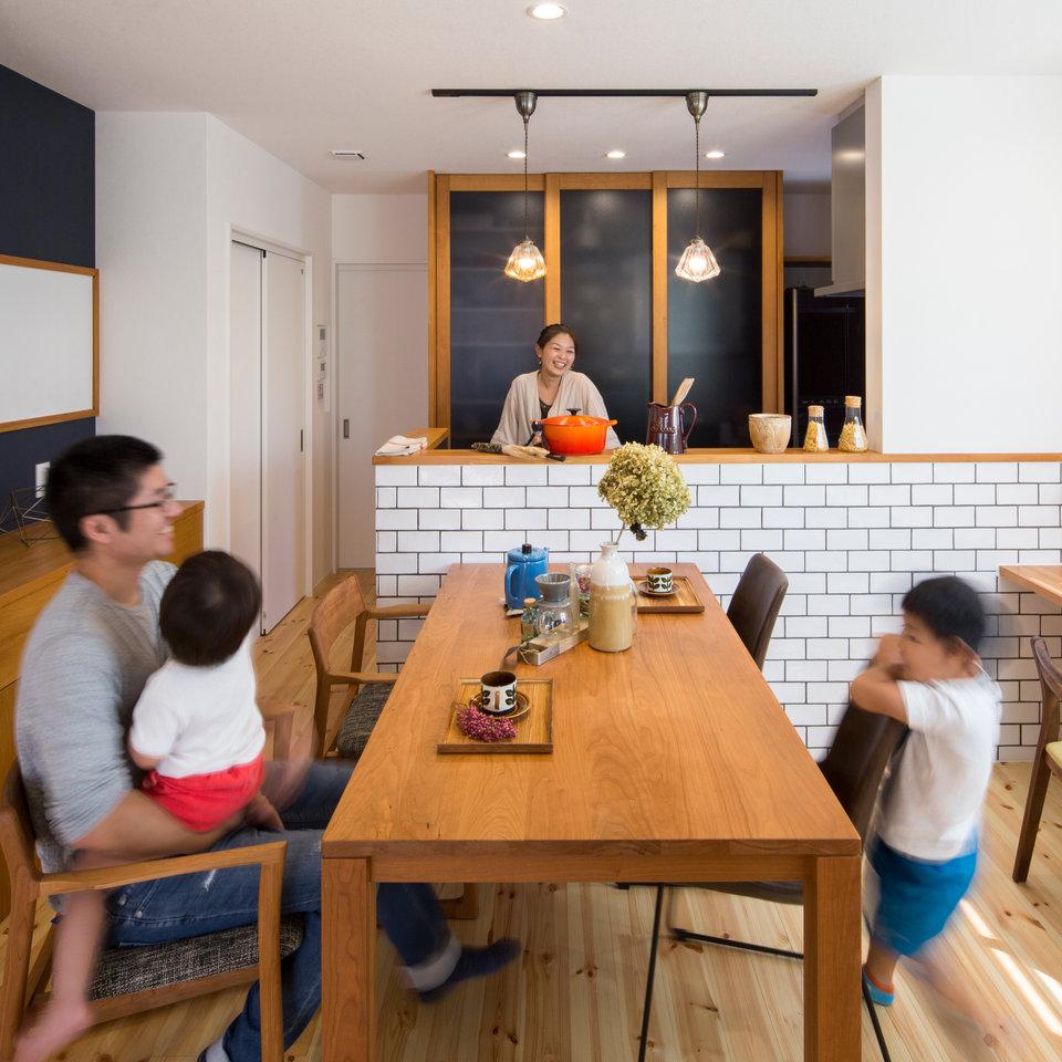 こだわりのタイル張りキッチンは奥様の自慢。