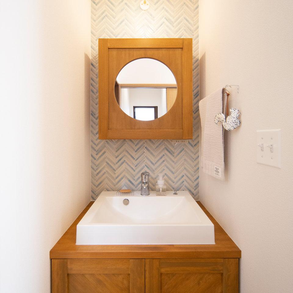施主様こだわりの丸い鏡の洗面台。