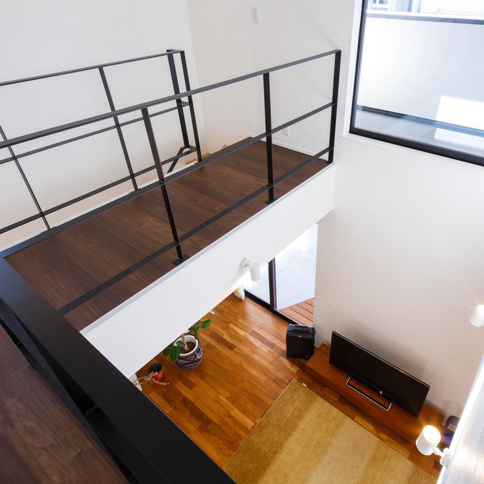 階段と吹き抜けの手すりをアイアンにし、シックでモダンな雰囲気に。