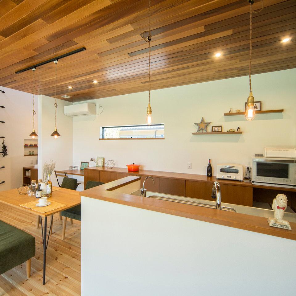 キッチンの天井にレッドシダーを使用し、シンプルながらおしゃれな空間。