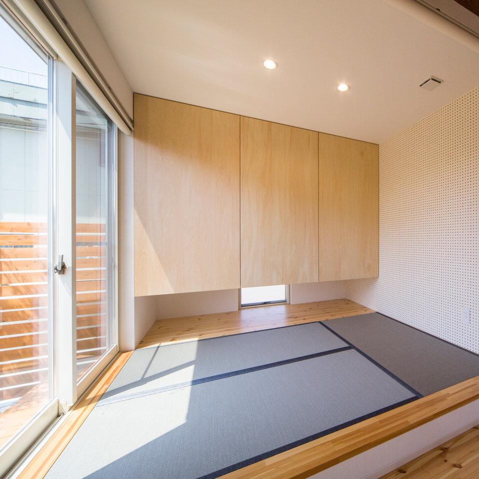落ち着いた色の畳と吊り押し入れもこだわりです。