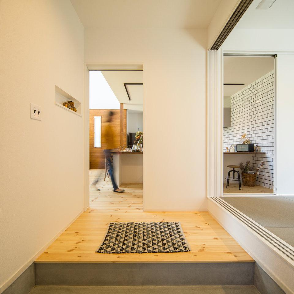 玄関を入るとすぐ横にある小上がりの和室。 疲れて帰ってきたときの癒やしの空間に。