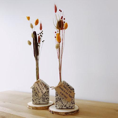 Stenen huisje met droogbloemen