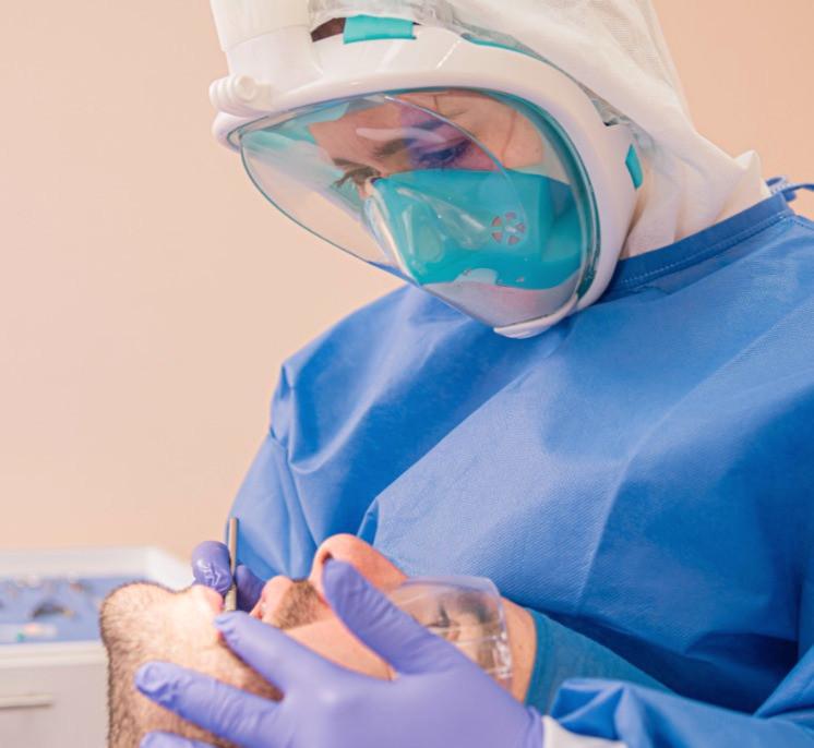 La odontología, entre las profesiones de riesgo, dentista, odontólogo, odontología, dolor de muela, caries, dientes, odontopediatría, consulta, médico, tratamiento, dolor, protocolo de seguridad, seguridad, protocolo, nueva normalidad, EPI, bata antifluidos, guantes, mascarilla, full mask, evolución, productos químicos, riesgo, profesiones de riesgo, equipo médico, paciente, consultorio dental, consultorio