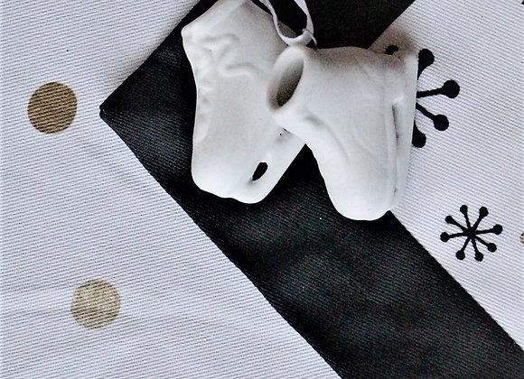 Подвеска керамическая - коньки, белые