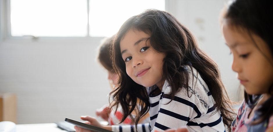 Śliczna dziewczyna w klasie