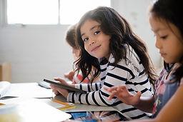 Jolie fille en salle de classe