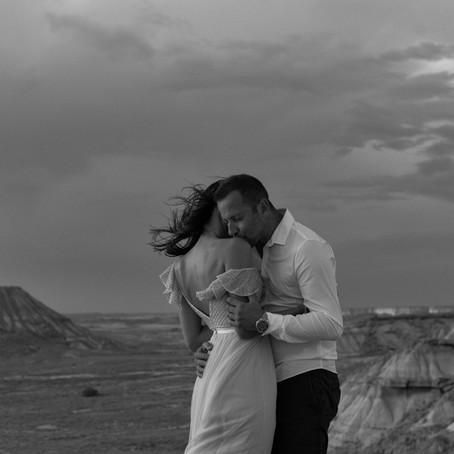 Pierre & Marlene , engagement session dans le desert des barderas en Espagne