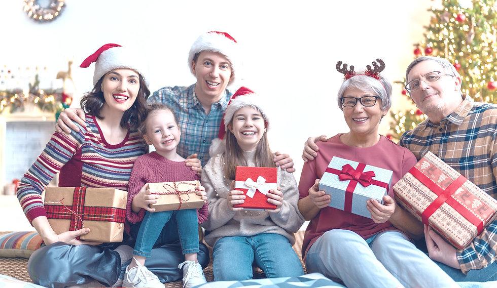 family-celebrating-christmas-PY3NNU6_edi