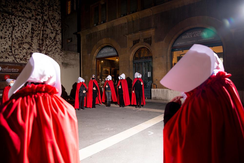 mise en scène des servantes écarlates devant les galeries Marval à Neuchâtel