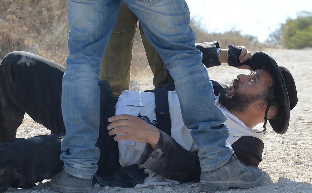 Rabbi Binyamin Friedman being harassed by Israeli police