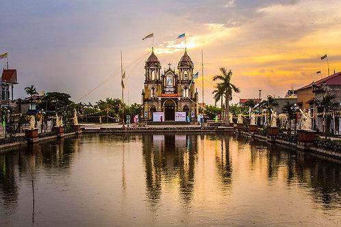 Levé de soleil sur l'église de Nam Dinh au Vietnam