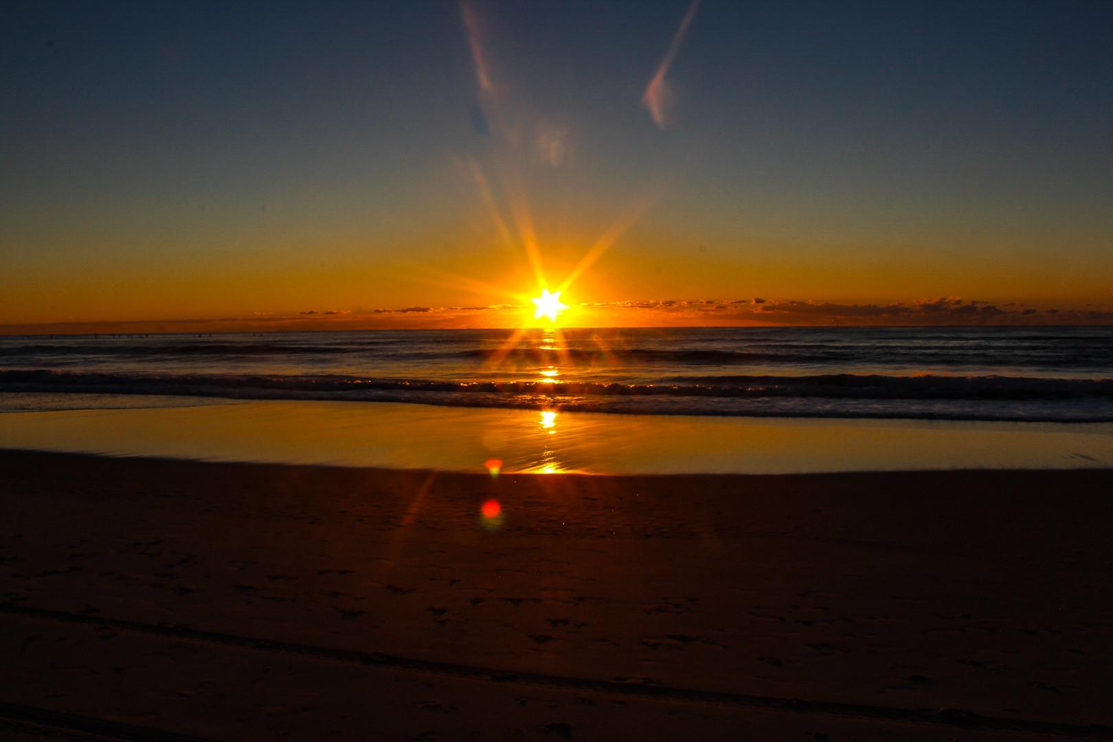 Levé de soleil sur une plage de la Gold Coast en Australie