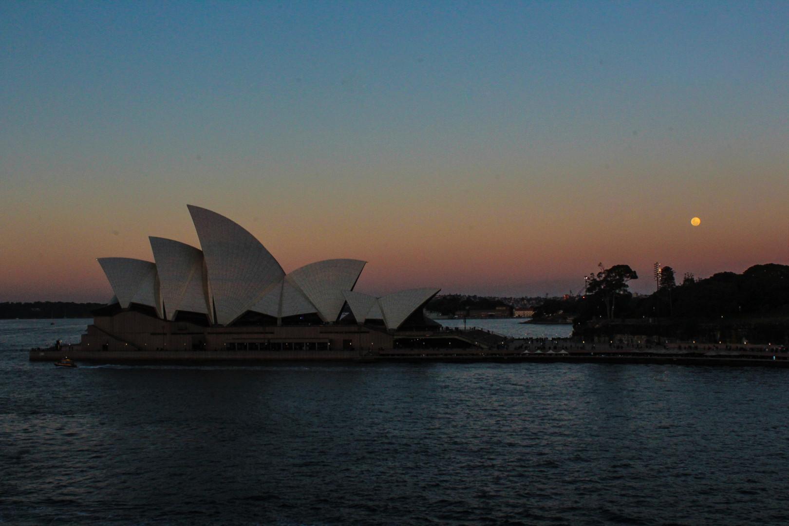 Le soleil se couche sur l'opéra de Sydney