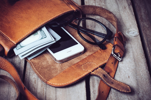 9 COMMON THINGS HEALTHY WOMEN KEEP IN THEIR PURSE