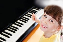 Mädchen-Klavier-breiter_WEB