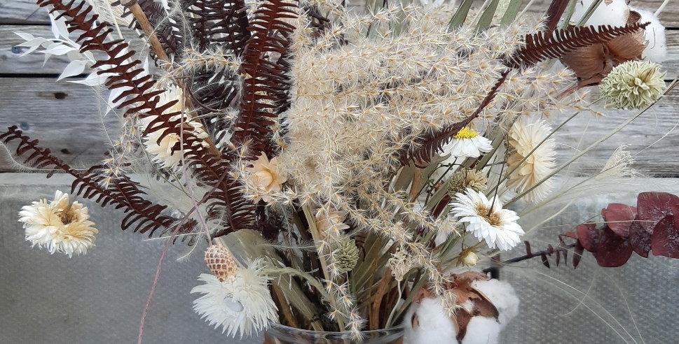 Trockenblumenstrauss mit Vase