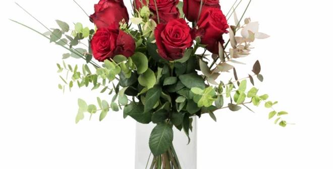 7 rote Rosen mit Grün