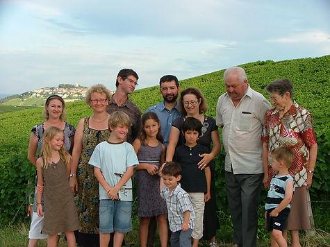 famille dans les vignes.jpg