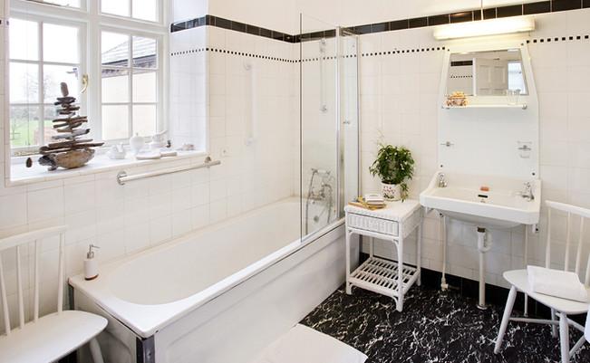Black & White bathroom for Dr Watson bedroom