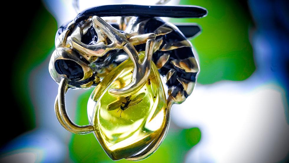 女王蜂の冬眠ペンダント(YouTube動画での虫入り琥珀)