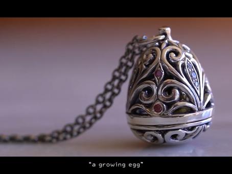 夢を育てる卵のペンダント