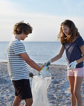 Adolescents nettoyant la plage