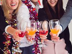 grupo-amigos-disfrutando-fiesta-casa-fie