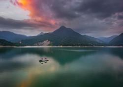 Daipu Lake Mountains