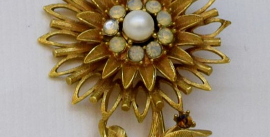 Flower with pearl and opals pin