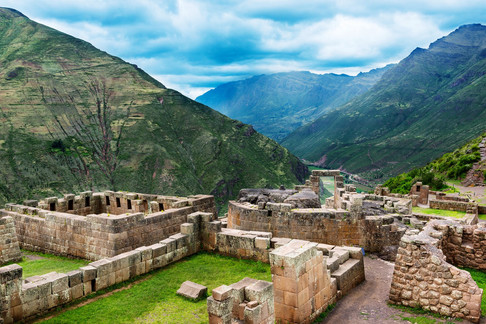 00-holding-sacred-valley-peru-travel-gui
