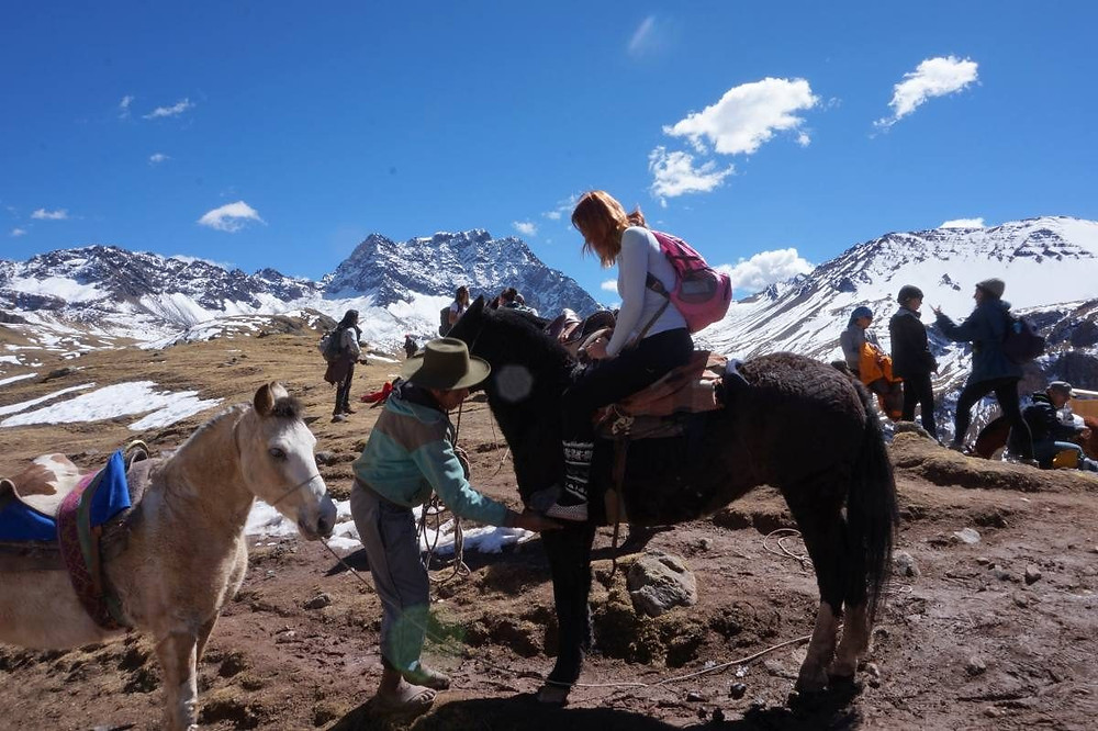 Peru Gökkuşağı Dağı'nda At Kiralama
