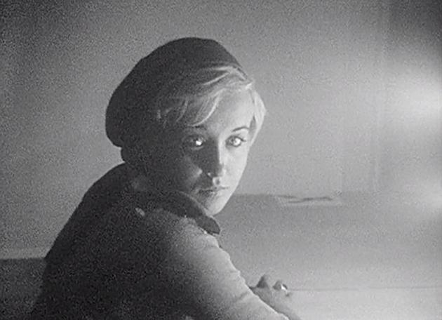Image tirée d'un film de Georges Rey, portrait. Une jeune fille, style Une Jeune Fille à la perle nous regarde. Portrait féminin en noir et blanc.