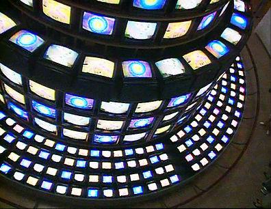 Image de l'installation Tour de Babel de Nam June Paik, créateur de l'art vidéo