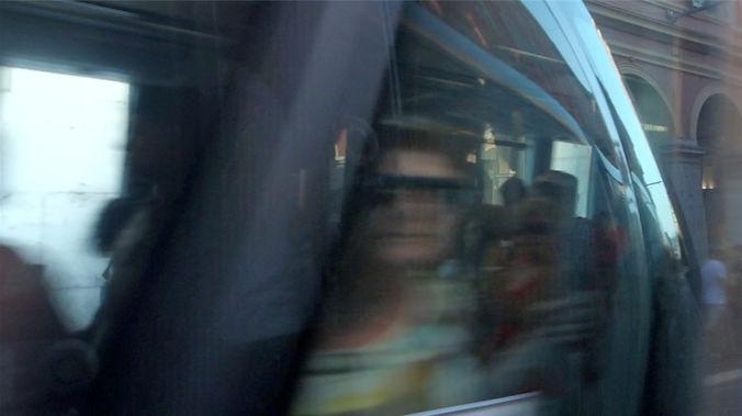 Image extraite du film regards caméra de Georges Rey. Visage d'une femme dans un tramway regarde la caméra, elle est flou à cause du mouvement de sa tête