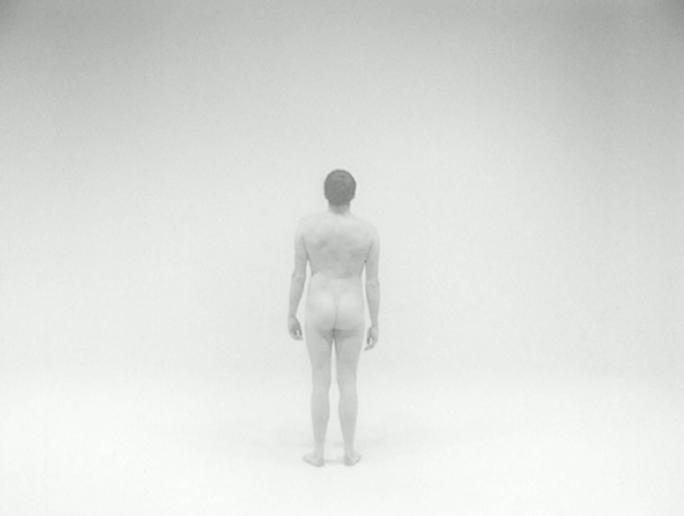 image du film de georges rey, l'homme nu. Un homme nu de dos disparaît dans la lumière.