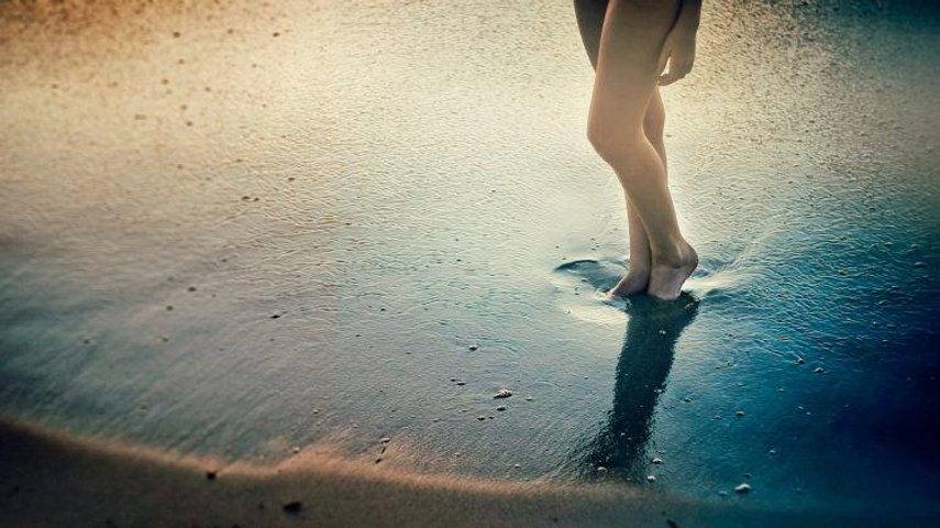 128560-feet-sand-women-beach-748x420.jpg