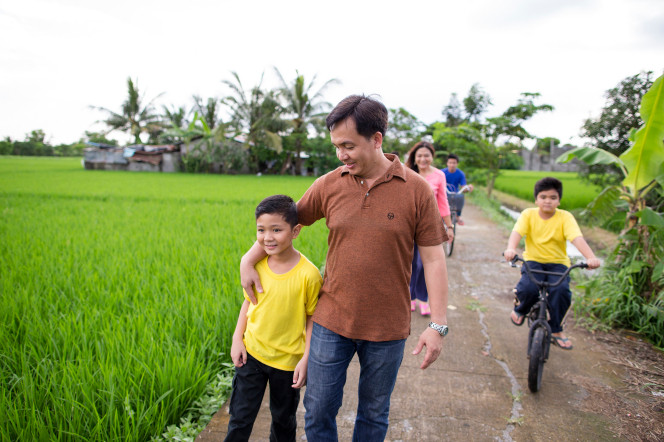 Family with children in Philippines walking together. Destiny Yarbro. Daily inspiration for your online projects.