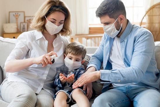 familia-dentro-de-casa-usando-desinfetan