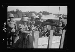 צילום של חיילים בריטים בשמירה