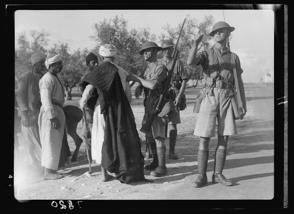 חיילים עורכים חיפוש במהלך יום עוצר