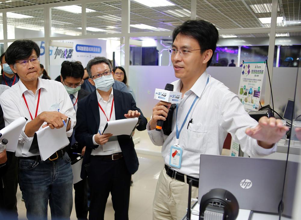 總經理游人諭於中華電信5G加速器成果發表會上展示