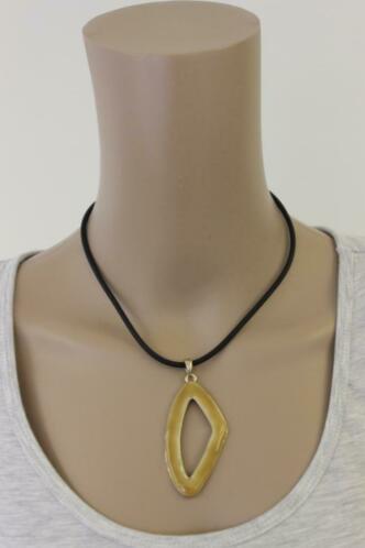 Zwarte ketting met gele hanger