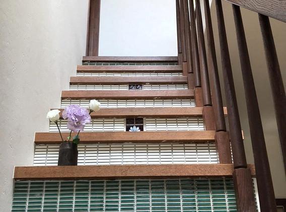 08 階段タイル貼りは施主様頑張りました!
