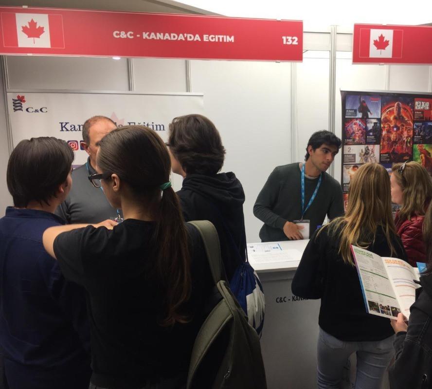 Türkiye'de gerçekleşen IEFT Kanada Eğitim Fuarı'nda öğrenci ve velilerimiz ile ilgilenirken.